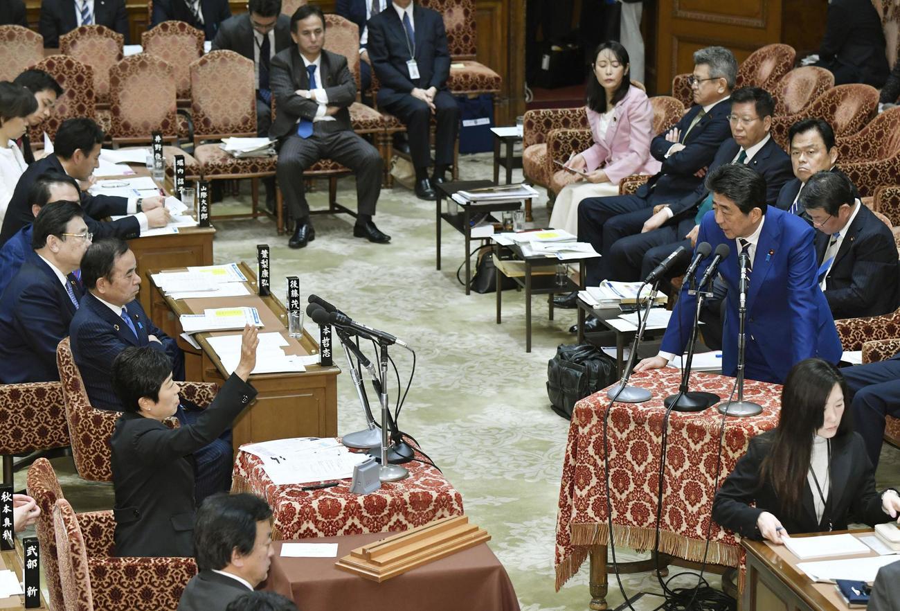 衆院予算委で立憲民主党の辻元清美氏(左手前から2人目)と議論を交わす安倍首相(右)(共同)