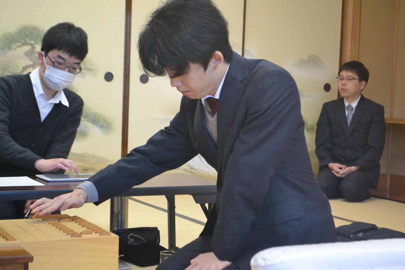 第61期王位戦挑戦者決定リーグ白組の羽生善治九段戦で初手を指す藤井聡太七段