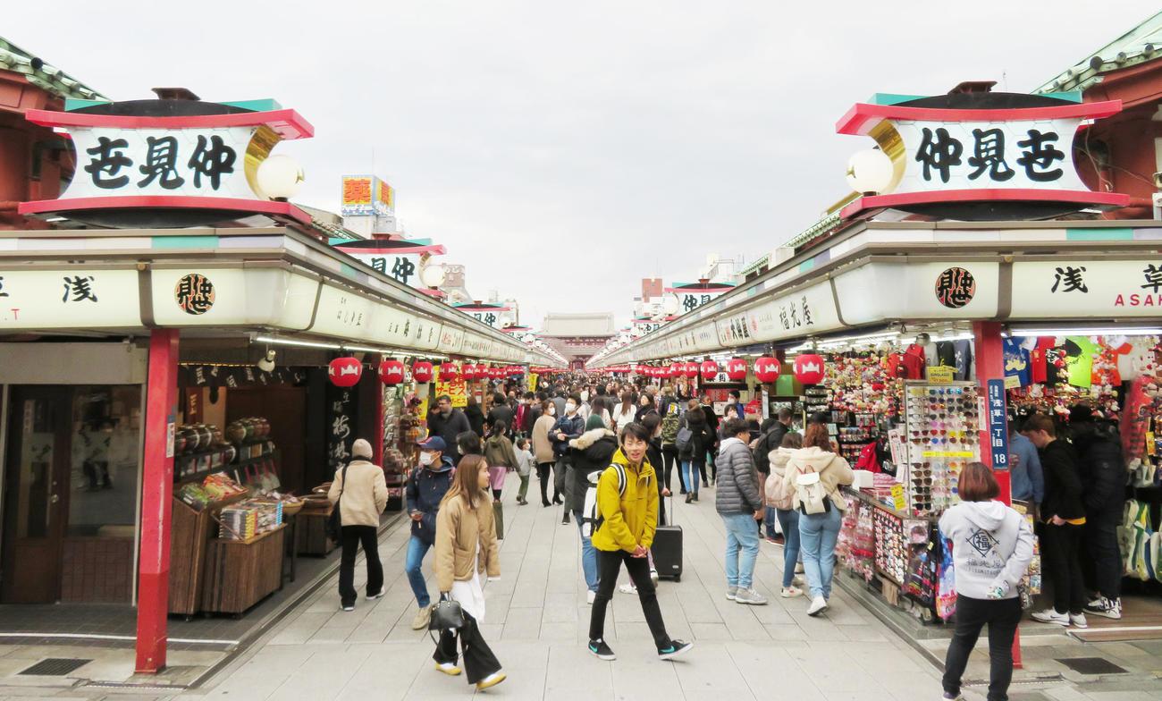観光客が半減している浅草・仲見世商店街(撮影・佐藤勝亮)