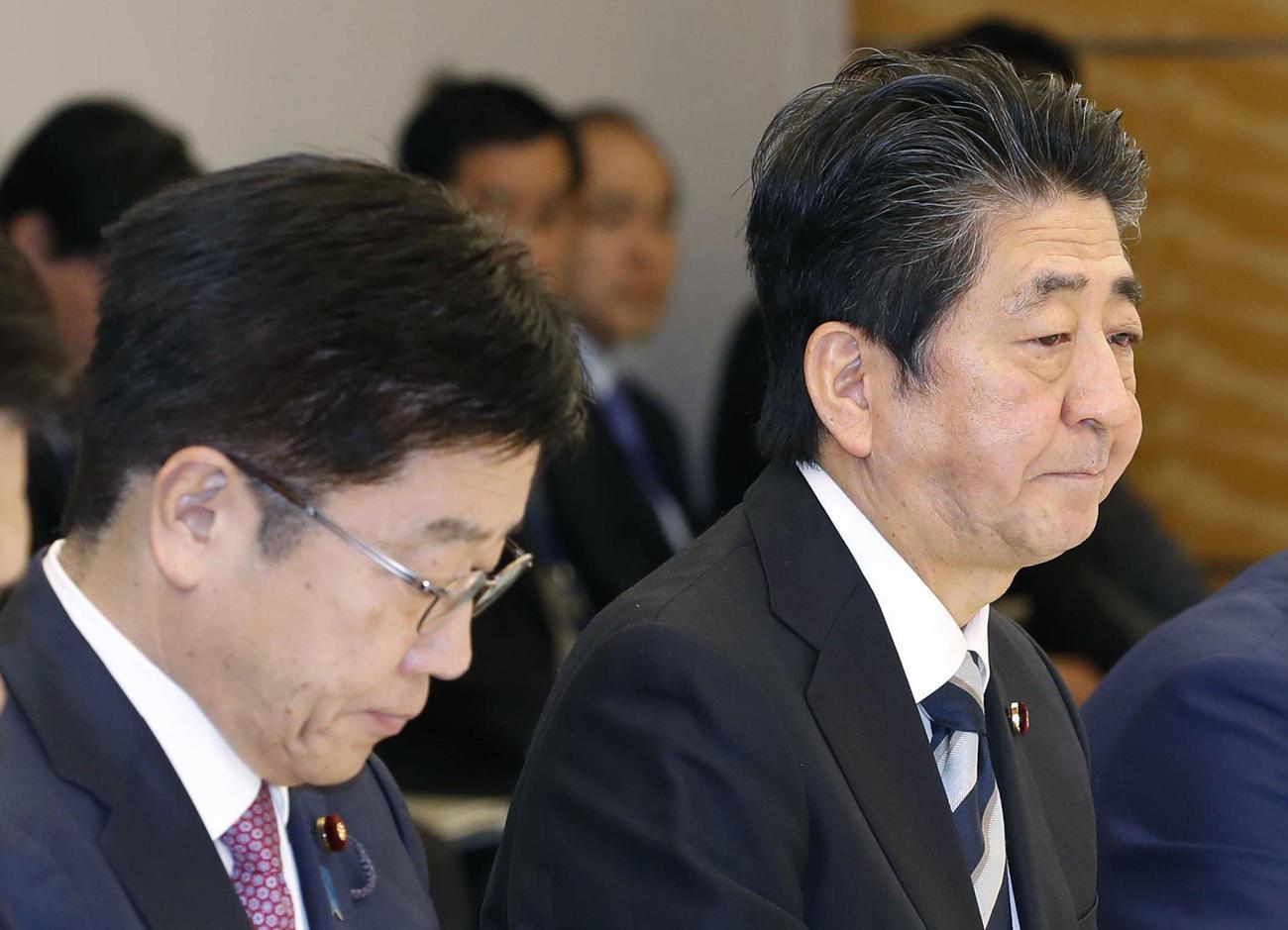 新型コロナウイルス感染症対策本部会合に臨む安倍首相(右)と加藤厚労相