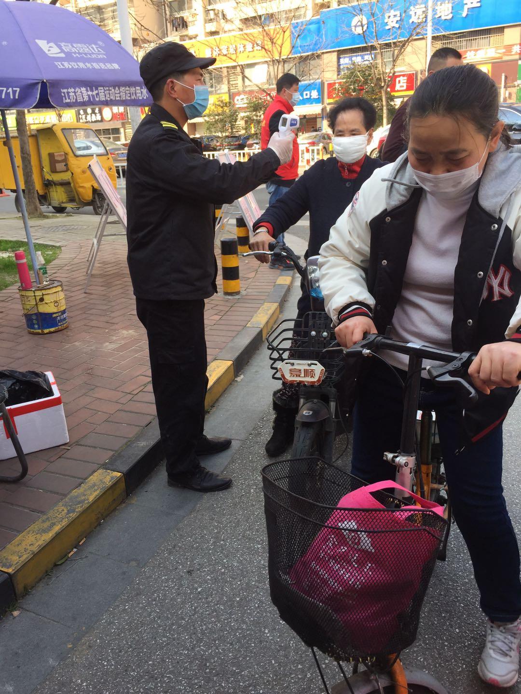 江蘇省無錫市で住民の体温を測る担当者(関係者提供)