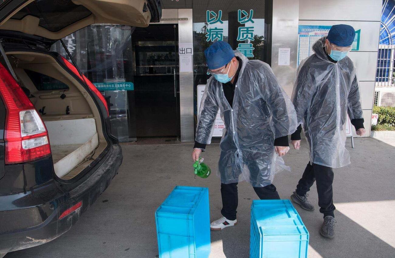 江蘇省無錫市で箱の除菌をする担当者(関係者提供)