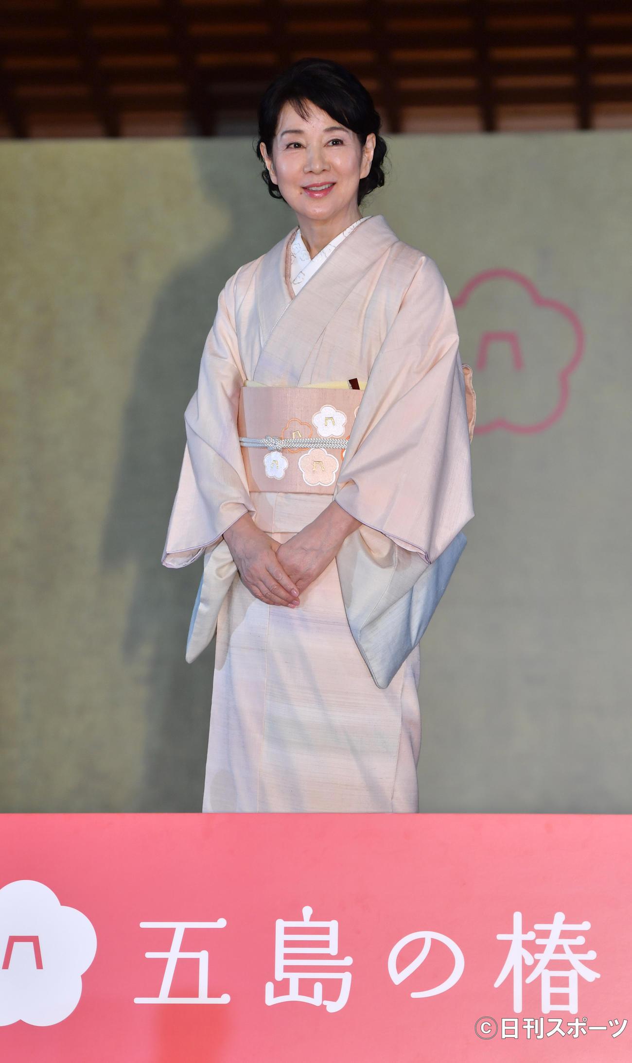「五島の椿プロジェクト発表会」で五島の椿で染めた着物を披露する吉永小百合(撮影・柴田隆二)