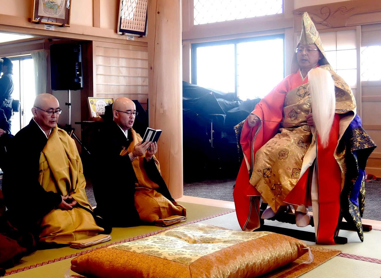 東日本大震災物故者供養法要を行う徳泉寺の早坂住職(右)