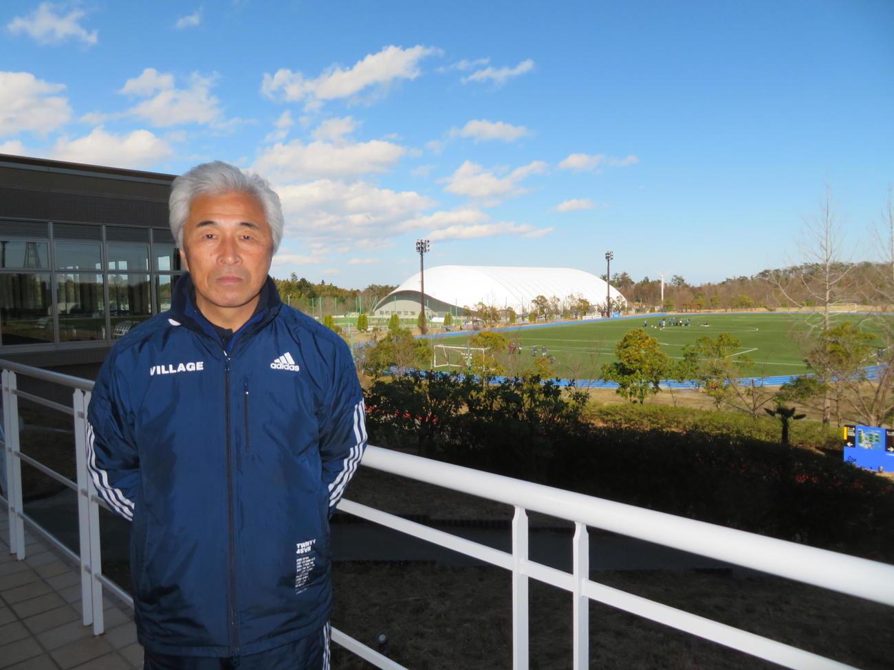 東京五輪聖火リレーのグランドスタート地点を背に、復興への思いを語るJヴィレッジ上田栄治副社長(撮影・村上幸将)