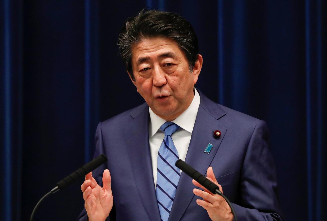 記者会見を行う安倍首相(ロイター)