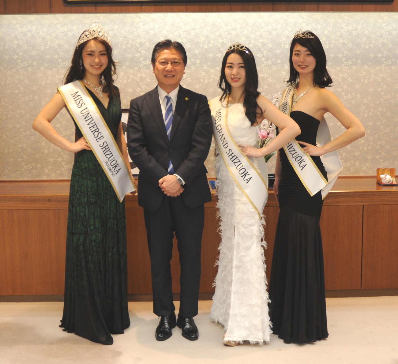 田辺信宏静岡市長(左から2人目)を表敬した、柴田彩花(左端)、鬼頭舞友さん(右から2人目)、袴田莉加さん