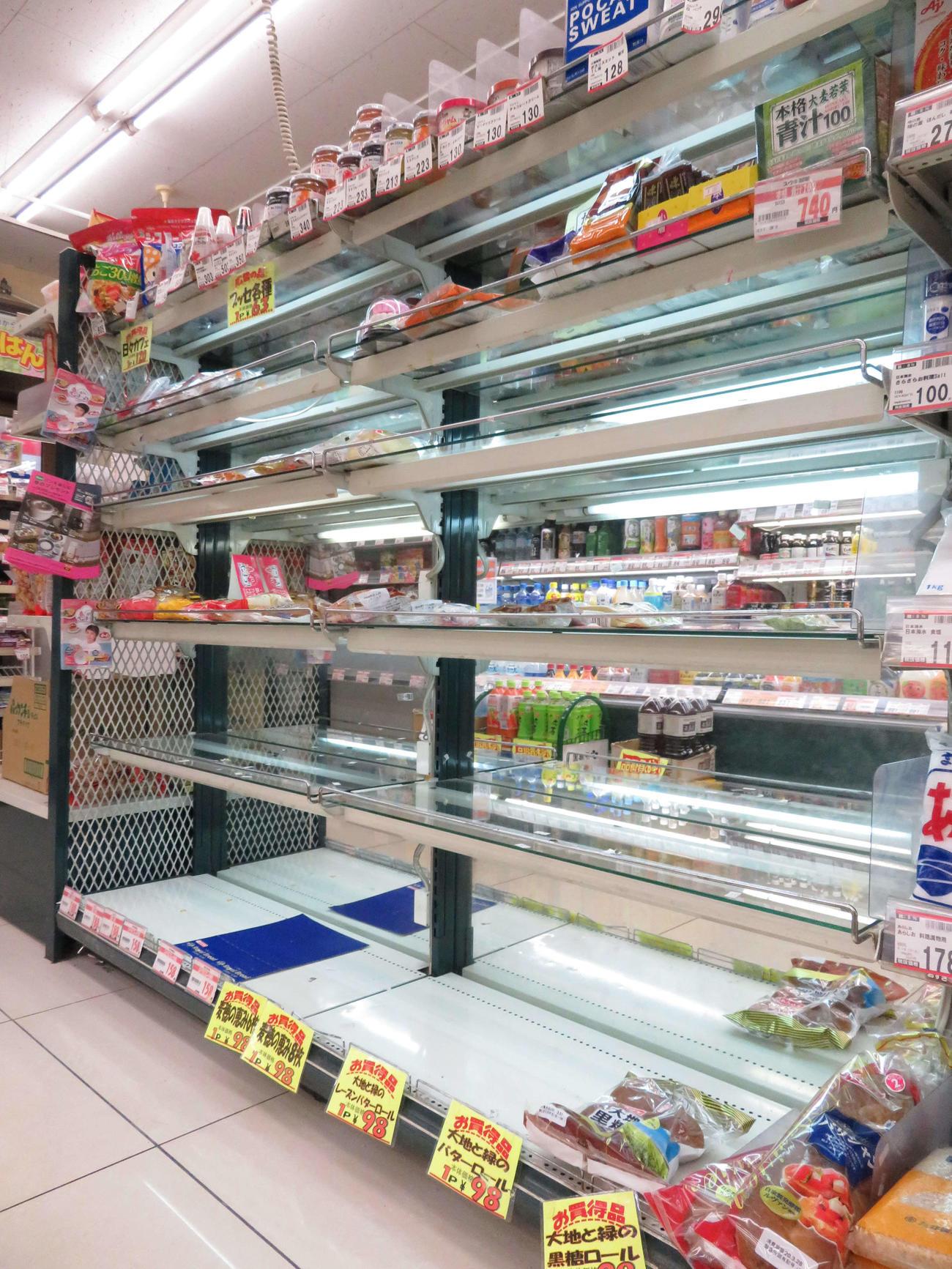 一部の菓子パンを除き、ほぼ売り切れとなったスーパー「ニューみ乃り屋」のパンコーナー
