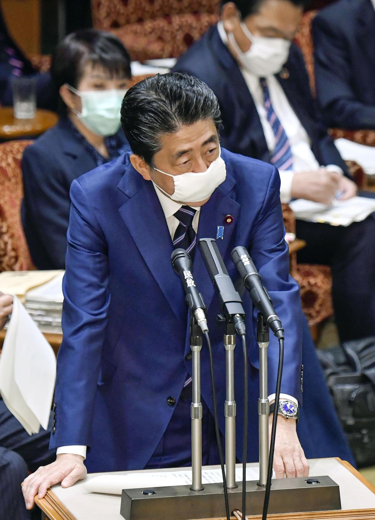 参院決算委で答弁する安倍首相(共同)