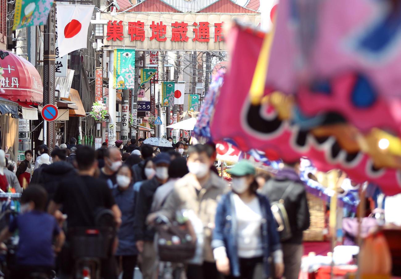 東京都が不要不急の外出を控えるよう強く要請する中、露店も並びにぎわう巣鴨地蔵通り商店街