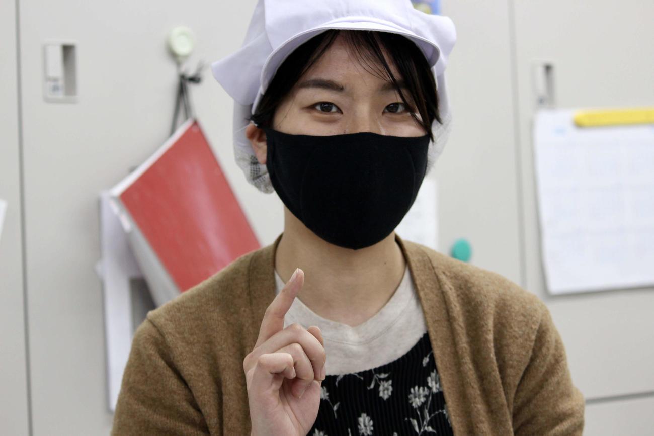 マスクは靴下作りで培われた独自の技術で鼻のカーブなど合わせて絶妙にフィットする