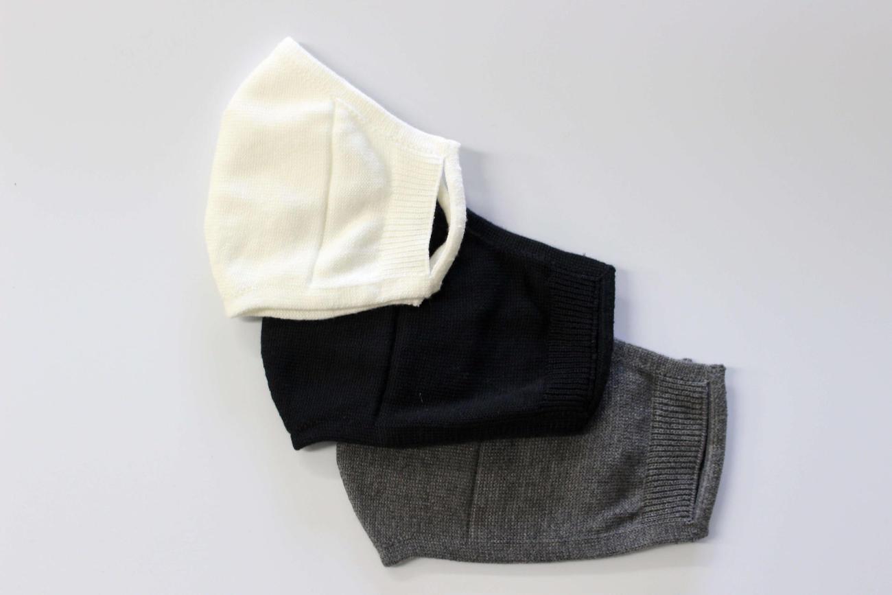 ラグビー日本代表用の靴下に採用された独自技術で製造されたマスク(上からS、M。Lの3サイズと各3色がある)