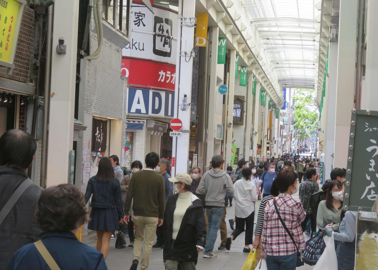全都道府県に緊急事態宣言が発令され、初の週末となった吉祥寺は前週末と変わらぬ人でにぎわっていた(撮影・大上悟)