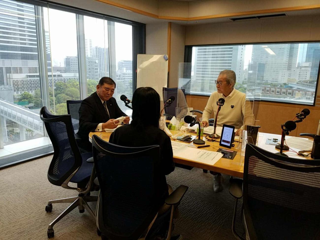 文化放送「大竹まこと ゴールデンラジオ!」のゲストに招かれた石破茂氏はアベノマスクを手にした(文化放送提供)