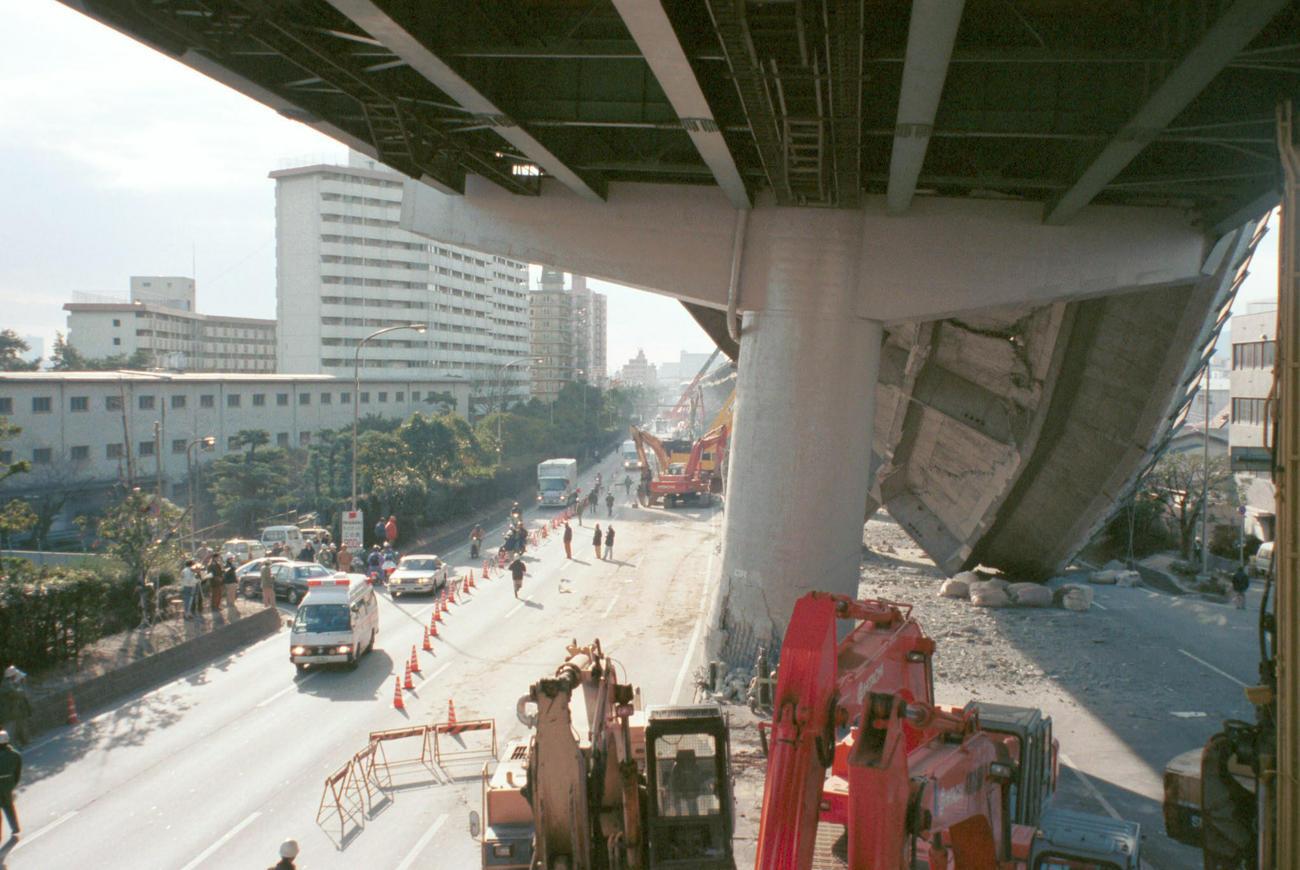 倒壊した阪神高速が巨大な壁となり、南北の移動も寸断された(撮影・宮崎幸一)