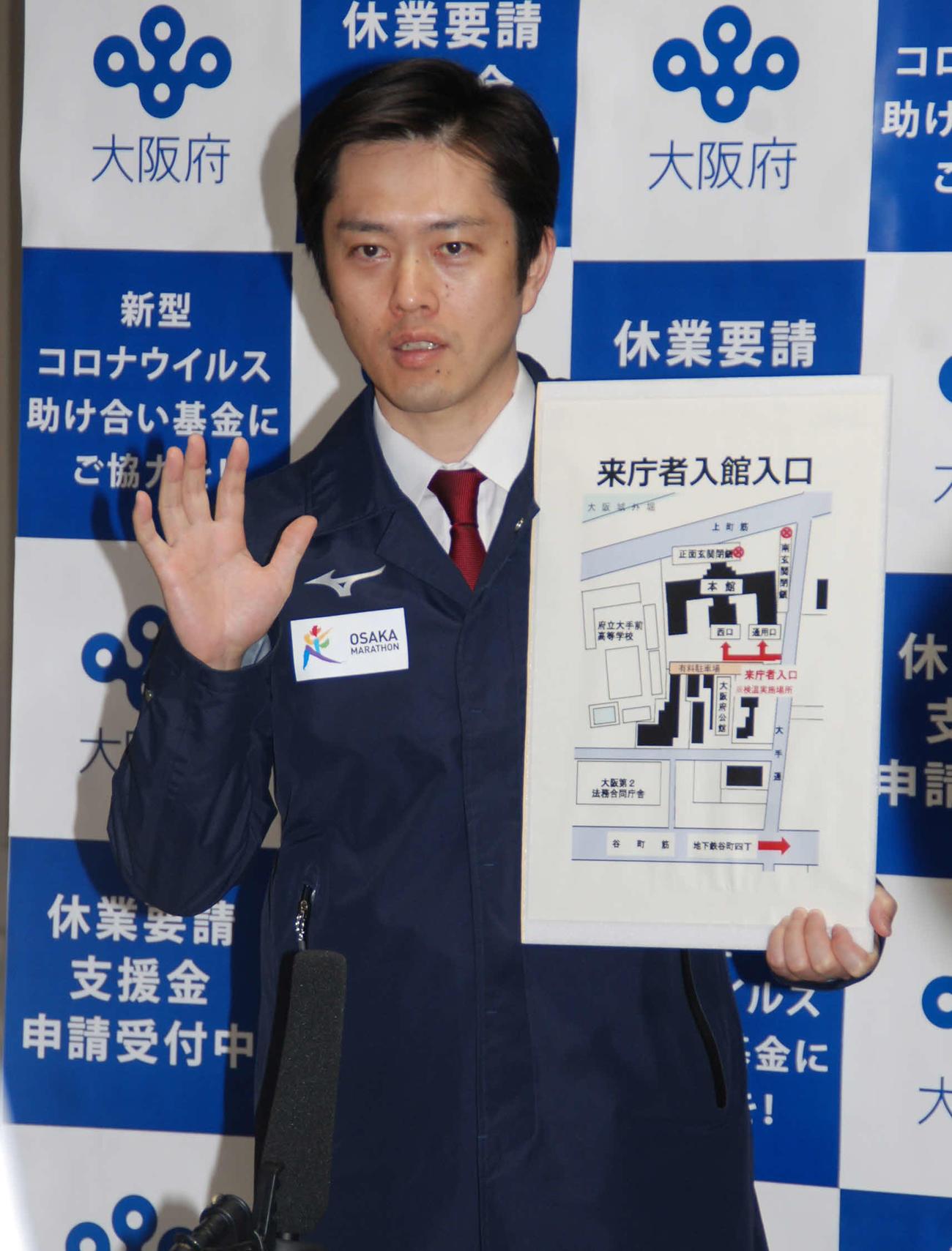 大阪府庁で記者団の質問に答える吉村洋文知事(撮影・松浦隆司)