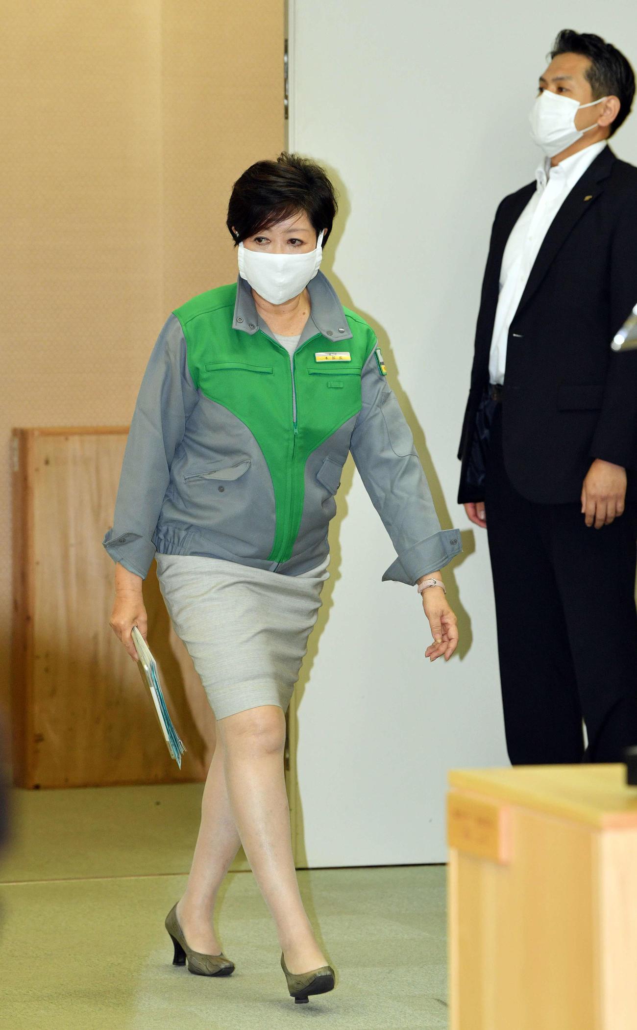 会見場に入る小池百合子都知事(撮影・滝沢徹郎)