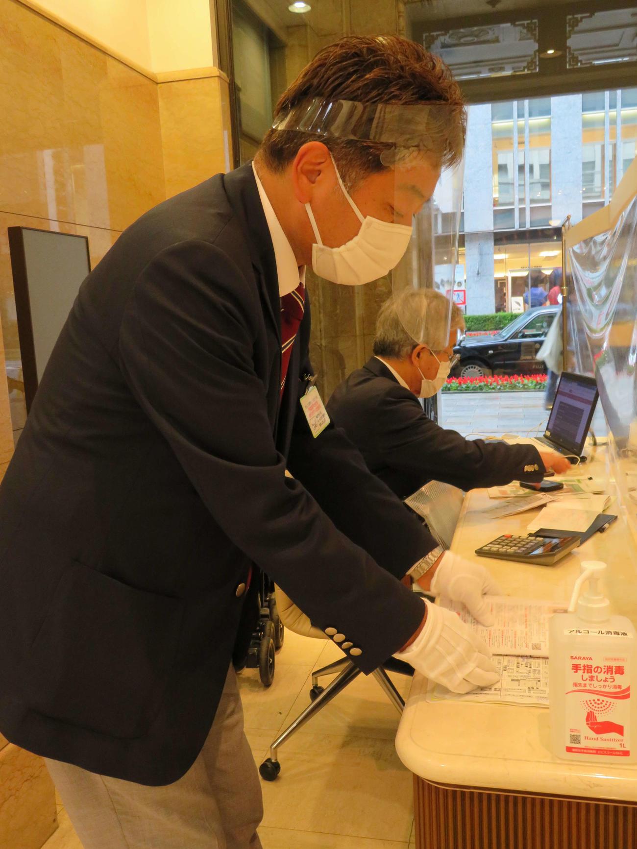 日本橋高島屋S.C.のコンシェルジェは、フェースシールドを着用し、接客していた(撮影・近藤由美子)