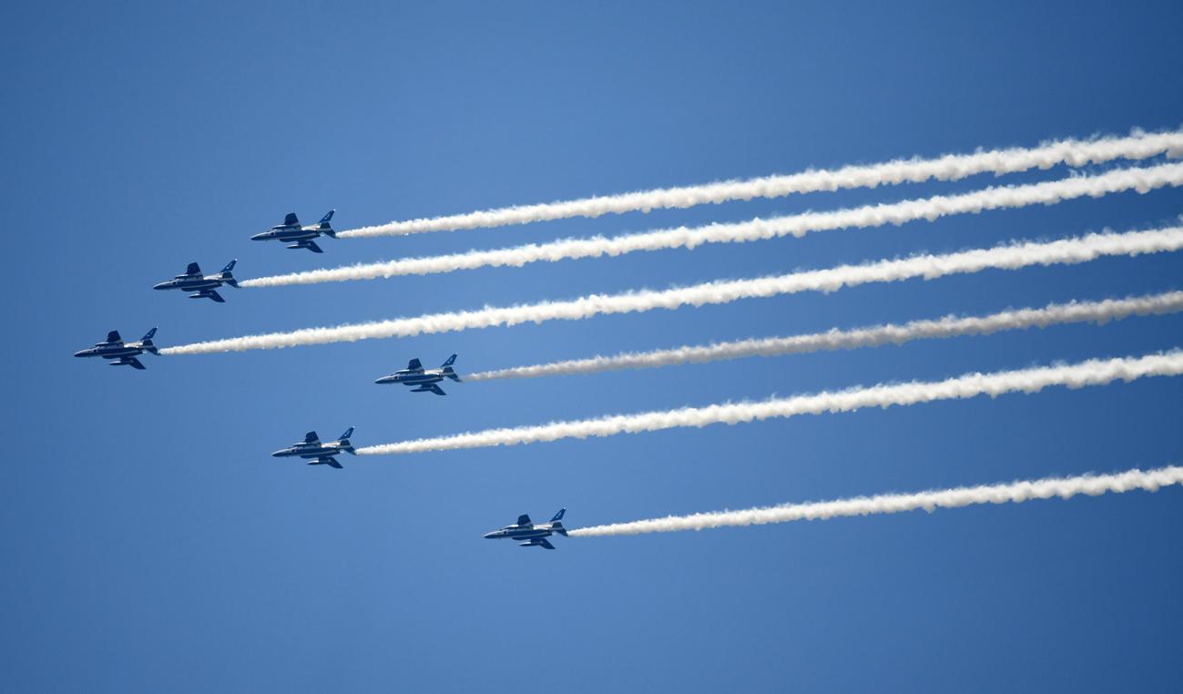 医療従事等の人々へ敬意と感謝の気持ちを込め、東京都内上空をブルーインパルスが飛行した。撮影場所は都立墨東病院近郊(撮影・横山健太)