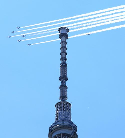 東京・墨田区のスカイツリー上空を飛行するブルーインパルス(撮影・中島郁夫)