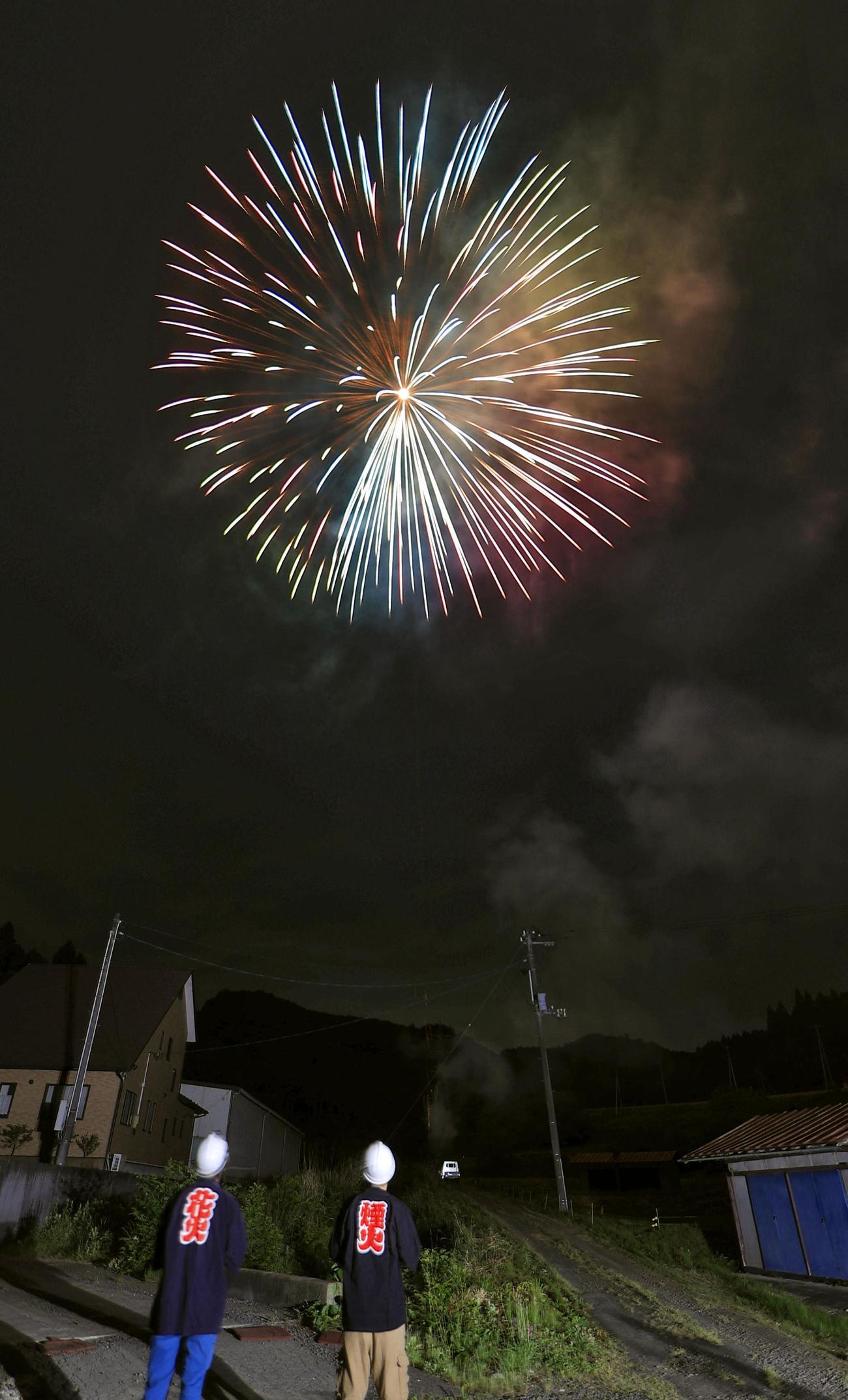 新型コロナウイルス感染症の収束を願い、宮城県岩沼市で花火が打ち上げられる(共同)