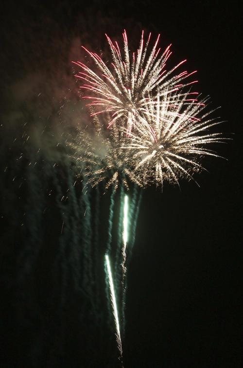 新型コロナウイルス感染症の収束を願い、茨城県土浦市で花火が打ち上げられる(共同)
