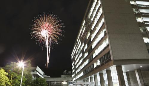 新型コロナウイルス感染症の収束を願い、長野市で打ち上げられた花火(共同)