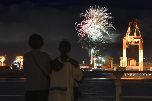 新型コロナウイルス感染症の収束を願い、大阪市で打ち上げられた花火(共同)