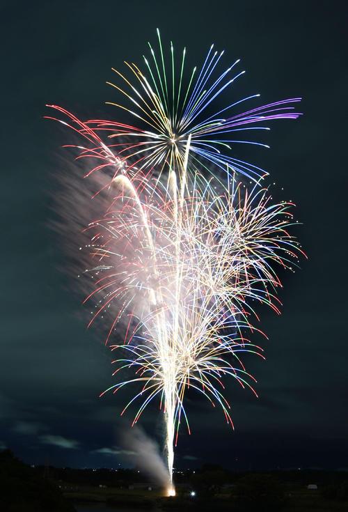新型コロナウイルス感染症の収束を願い、愛知県豊橋市で打ち上げられた花火(共同)