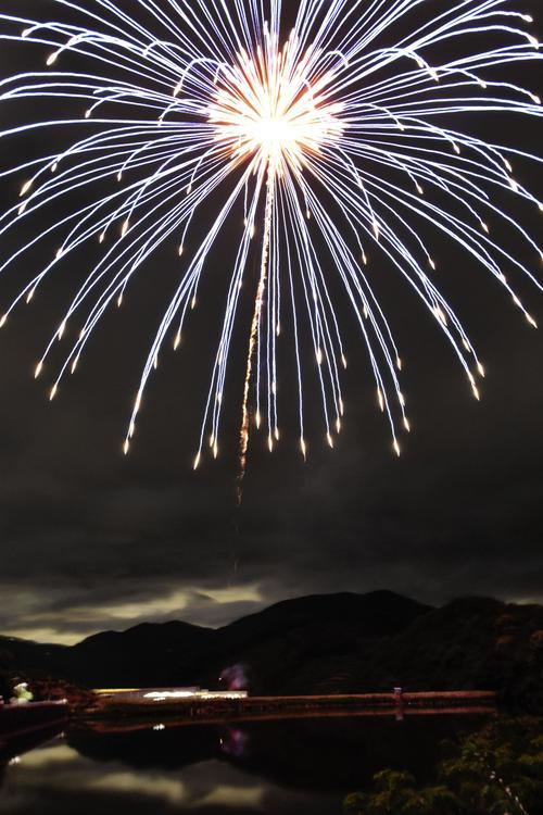 新型コロナウイルス感染症の収束を願い、和歌山県有田川町で打ち上げられた花火(共同)