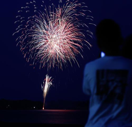 「悪疫退散」を祈願し、福岡市で打ち上げられた花火(共同)