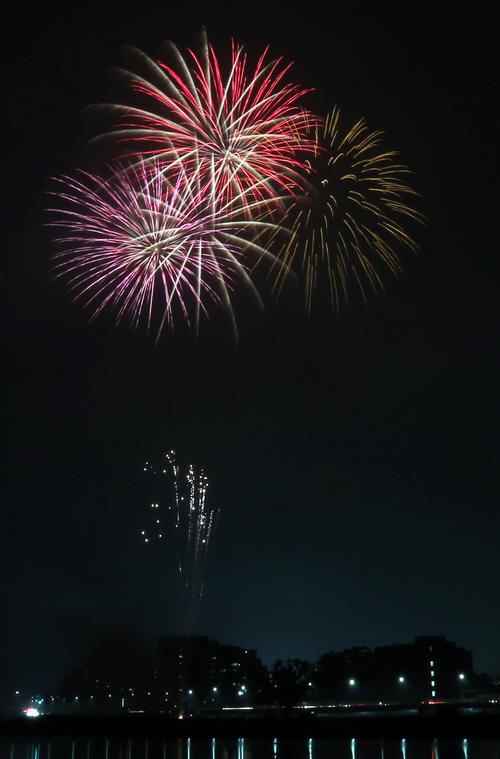 午後8時すぎ小雨が降る中、多摩川上空に約2分間、花火が打ち上げられた。新型コロナウイルス終息を祈願した「全国一斉悪疫退散祈願Cheer Up!花火プロジェクト」として全約国160の事業者が思いを届けた(撮影・狩俣裕三)