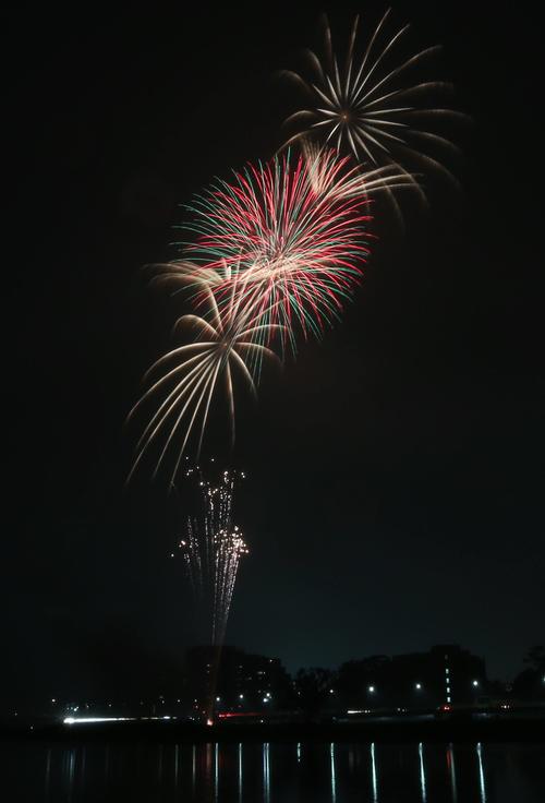 午後8時すぎ小雨が降る中、多摩川上空に約2分間、花火が打ち上げられた。新型コロナウイルスの収束を祈願した「全国一斉悪疫退散祈願Cheer Up!花火プロジェクト」として全約国160の事業者が思いを届けた(撮影・狩俣裕三)