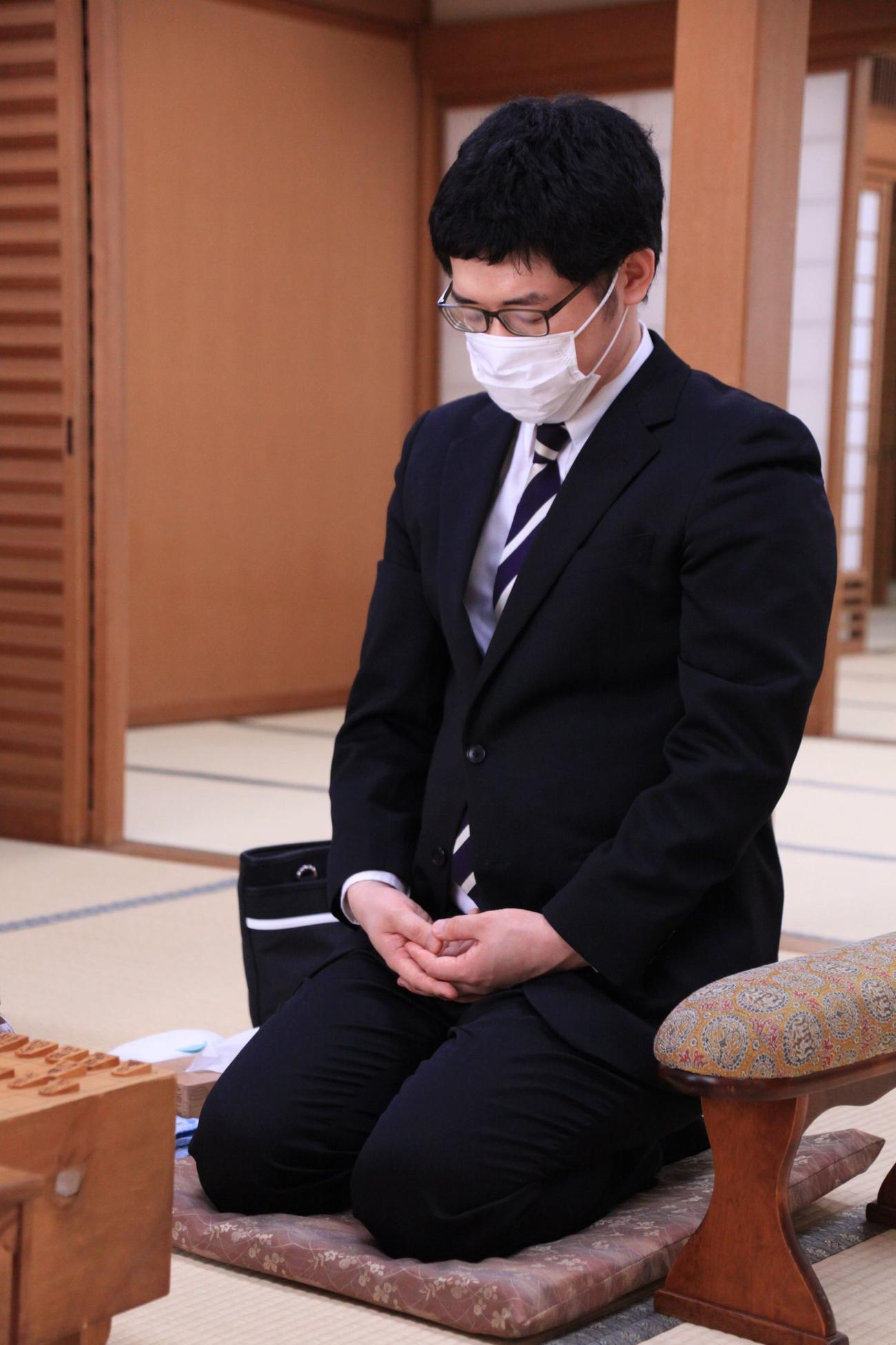 デビュー戦に臨んだ折田翔吾四段(日本将棋連盟提供)