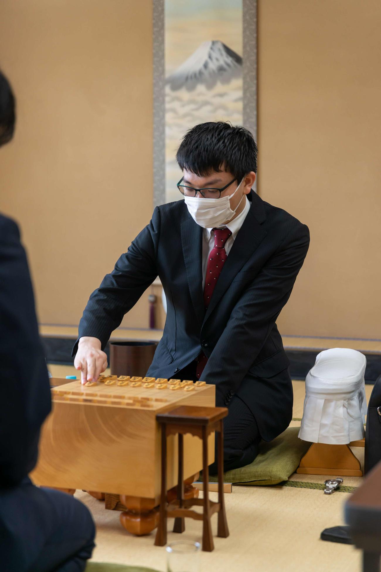 第91期棋聖戦挑戦者決定戦で対局する永瀬拓矢2冠(日本将棋連盟提供)