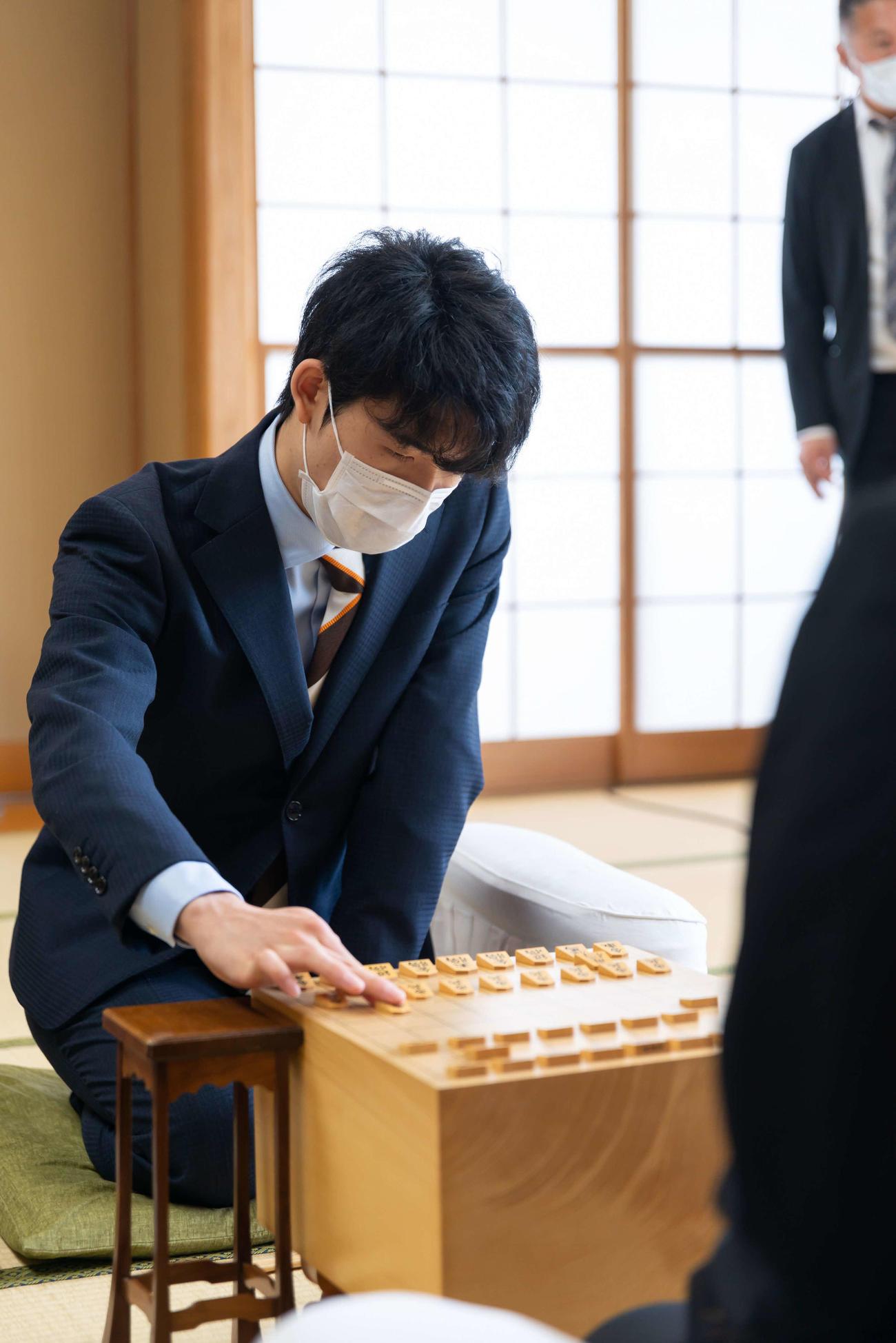 第91期棋聖戦挑戦者決定戦で対局する藤井聡太七段(日本将棋連盟提供)