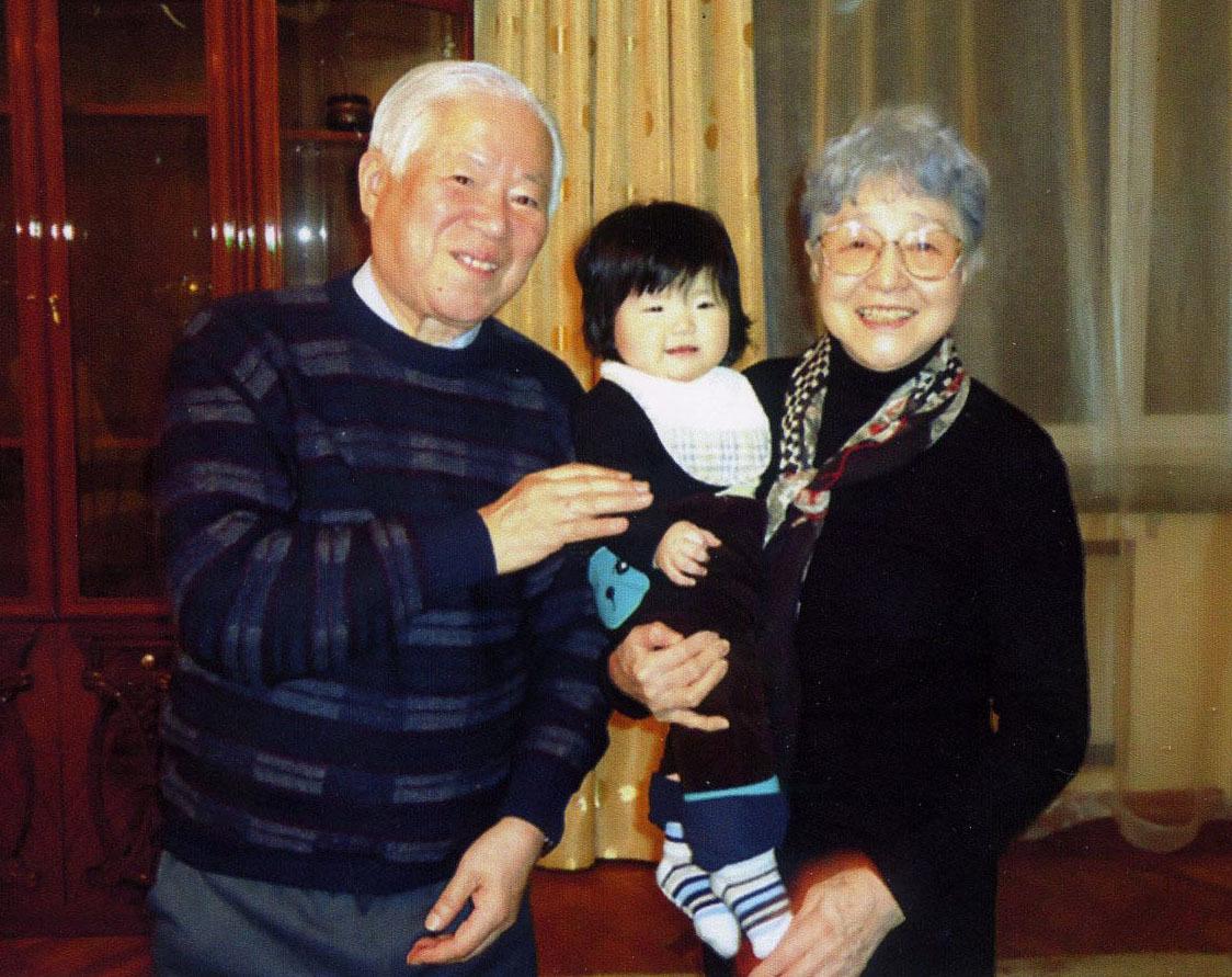 14年3月、キム・ウンギョンさんの娘を抱く横田早紀江さんと滋さん(共同)