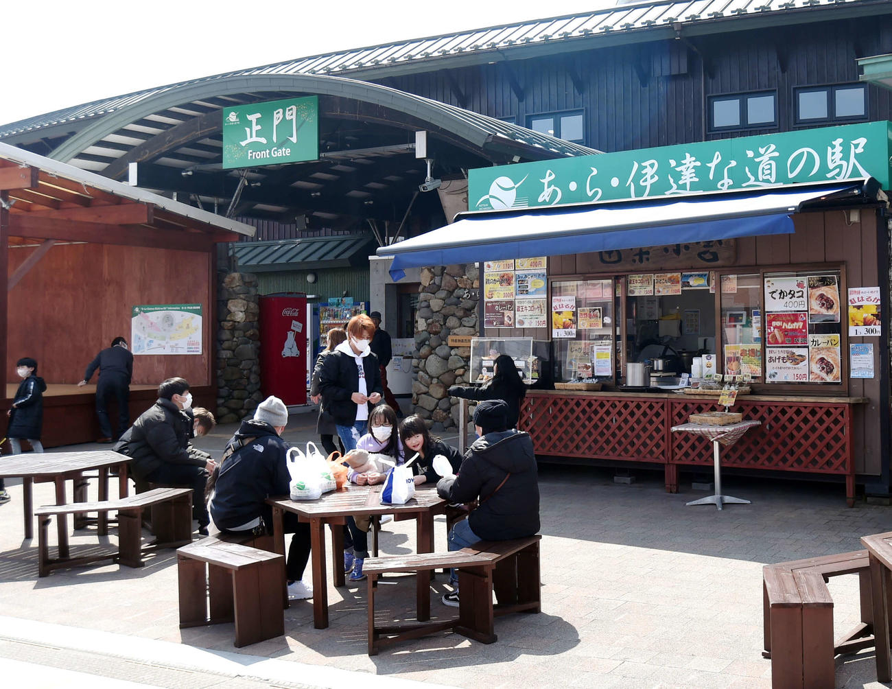 道の駅の外のベンチで食事をする観光客