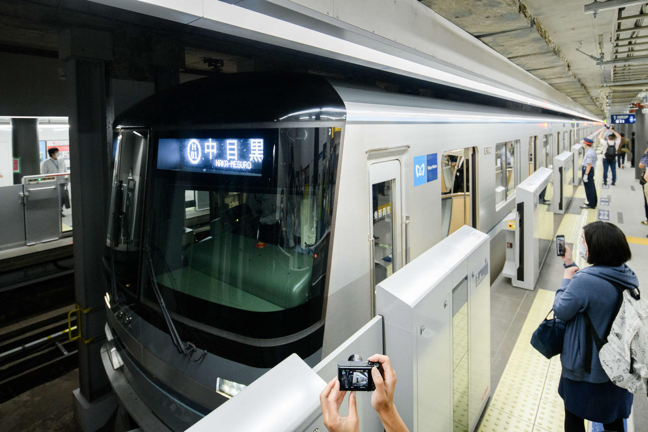 開業初日、虎ノ門ヒルズ駅のホームの様子(東京メトロ提供)