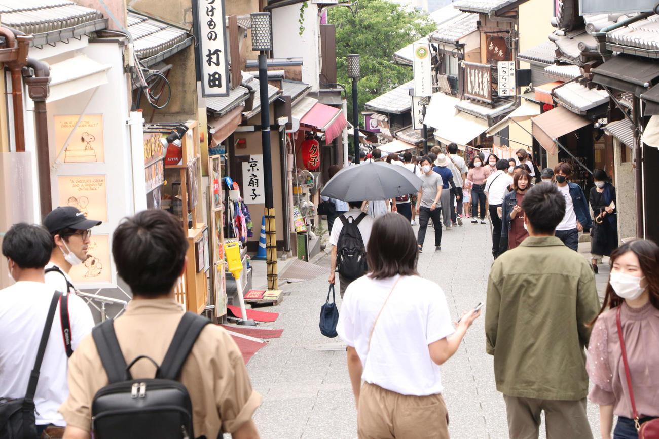 徐々に観光客が増加している清水寺へ続く坂道(撮影・南谷竜則)