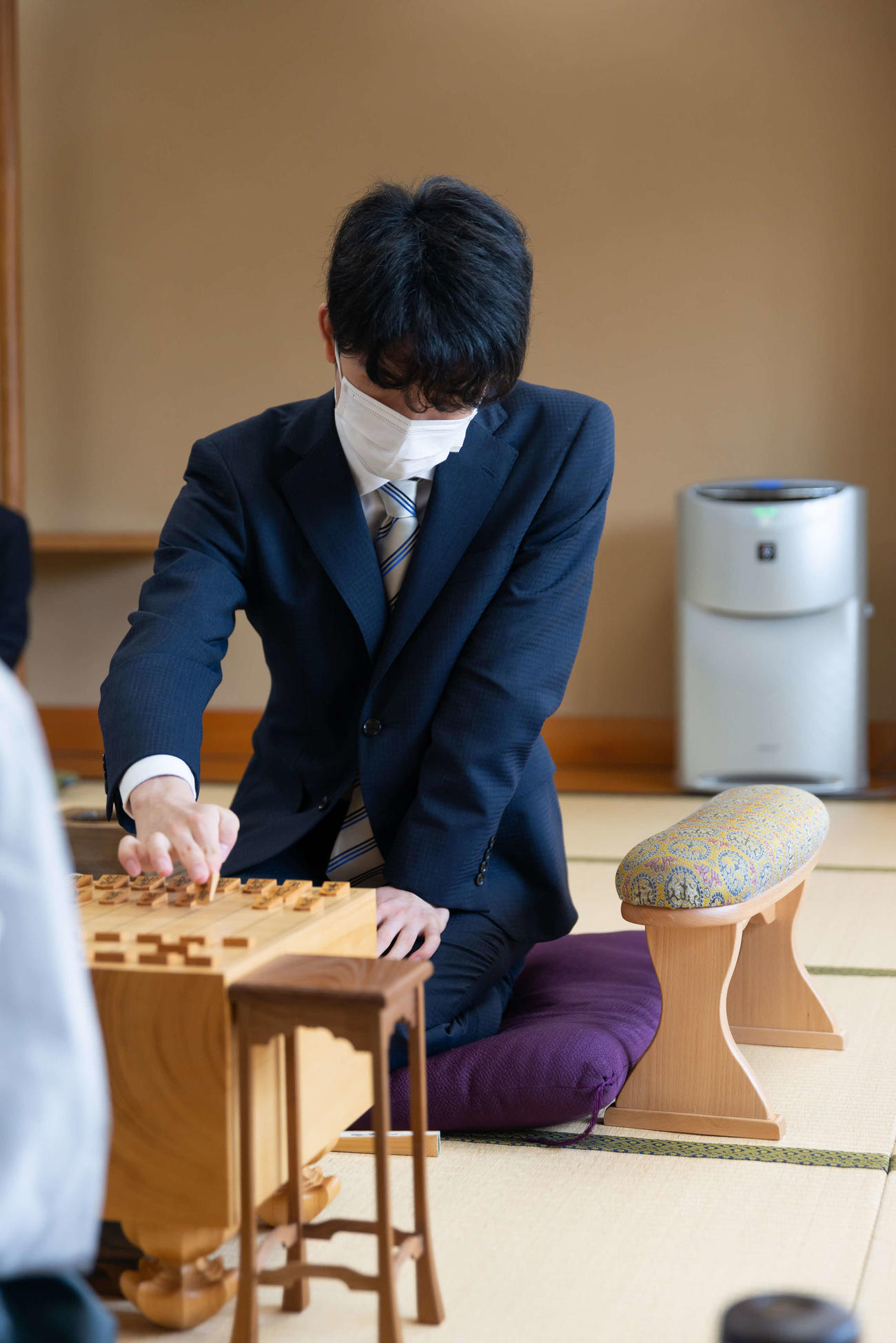 第91期棋聖戦5番勝負の第1局で初手を指す藤井聡太七段(日本将棋連盟提供)
