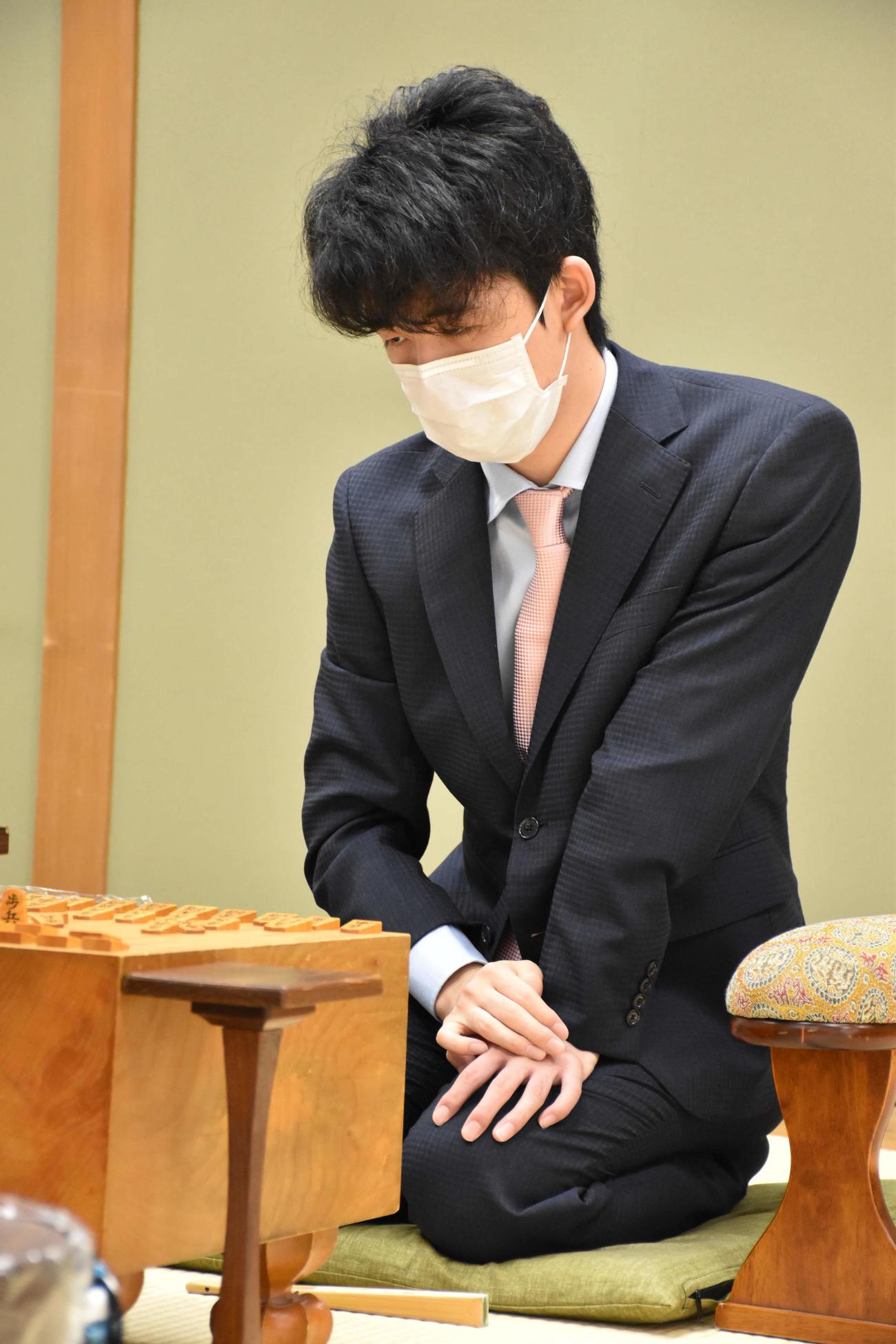 タイトル初挑戦から中1日で対局に臨む藤井聡太七段(日本将棋連盟提供)
