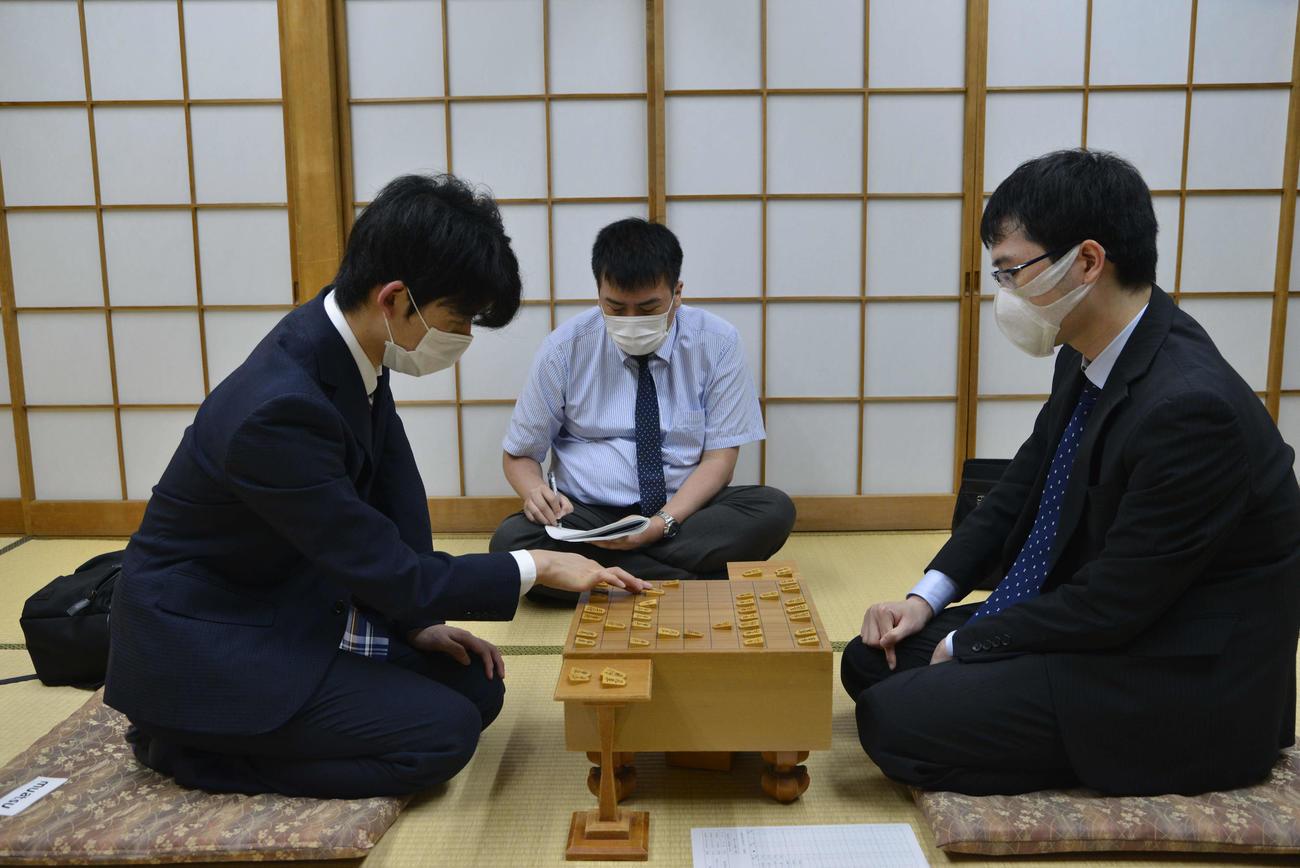 藤井聡太七段(左)は阿部健治郎七段を下して王位戦挑戦者決定リーグ白組を5連勝で通過し、挑戦者決定戦に進出(日本将棋連盟提供)