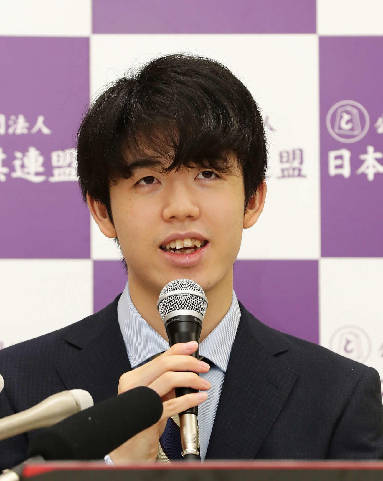 第61期王位戦挑戦者決定戦に勝利して記者会見する藤井七段(撮影・丹羽敏通)