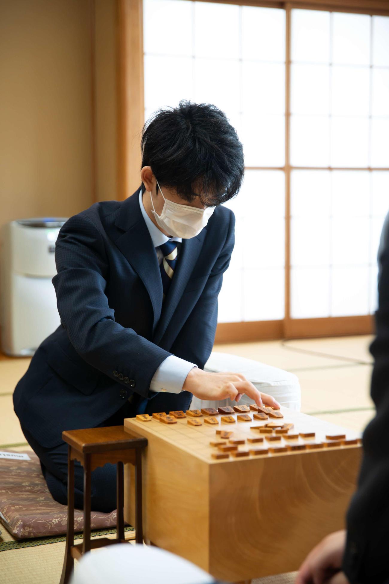 第61期王位戦挑戦者決定戦に臨んだ藤井聡太七段(日本将棋連盟提供)