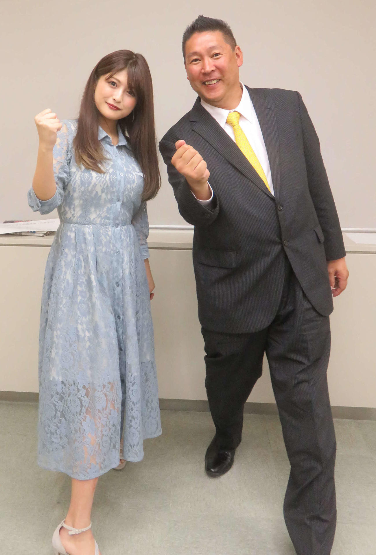 東京都議会北区補選に出馬表明した新藤加菜氏(左)は公認するホリエモン新党代表の立花孝志氏と「NHKをぶっ壊す」ポーズ