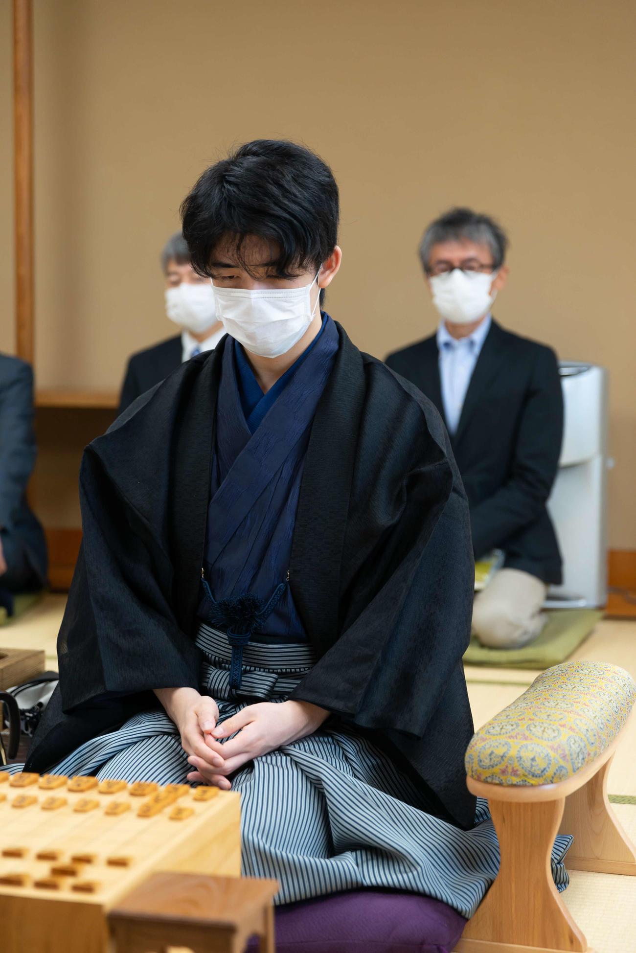 タイトル戦では初めてとなる和服姿で入室した藤井聡太七段(日本将棋連盟提供)