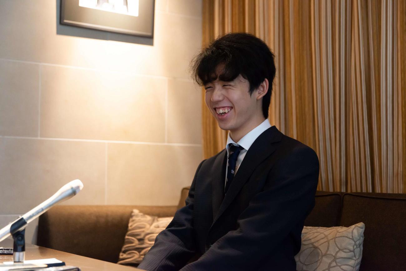 対局場の検分後、インタビューに応じる藤井聡太七段(日本将棋連盟提供)