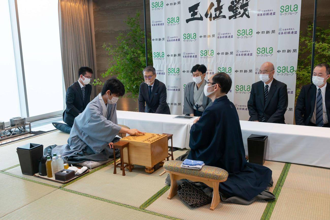 第61期王位戦第1局に臨んだ藤井聡太七段(左)、木村一基王位(日本将棋連盟提供)