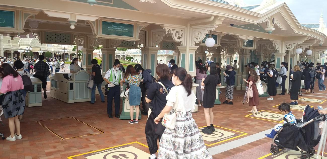 午前8時、123日ぶりに東京ディズニーランドのゲートが開かれた